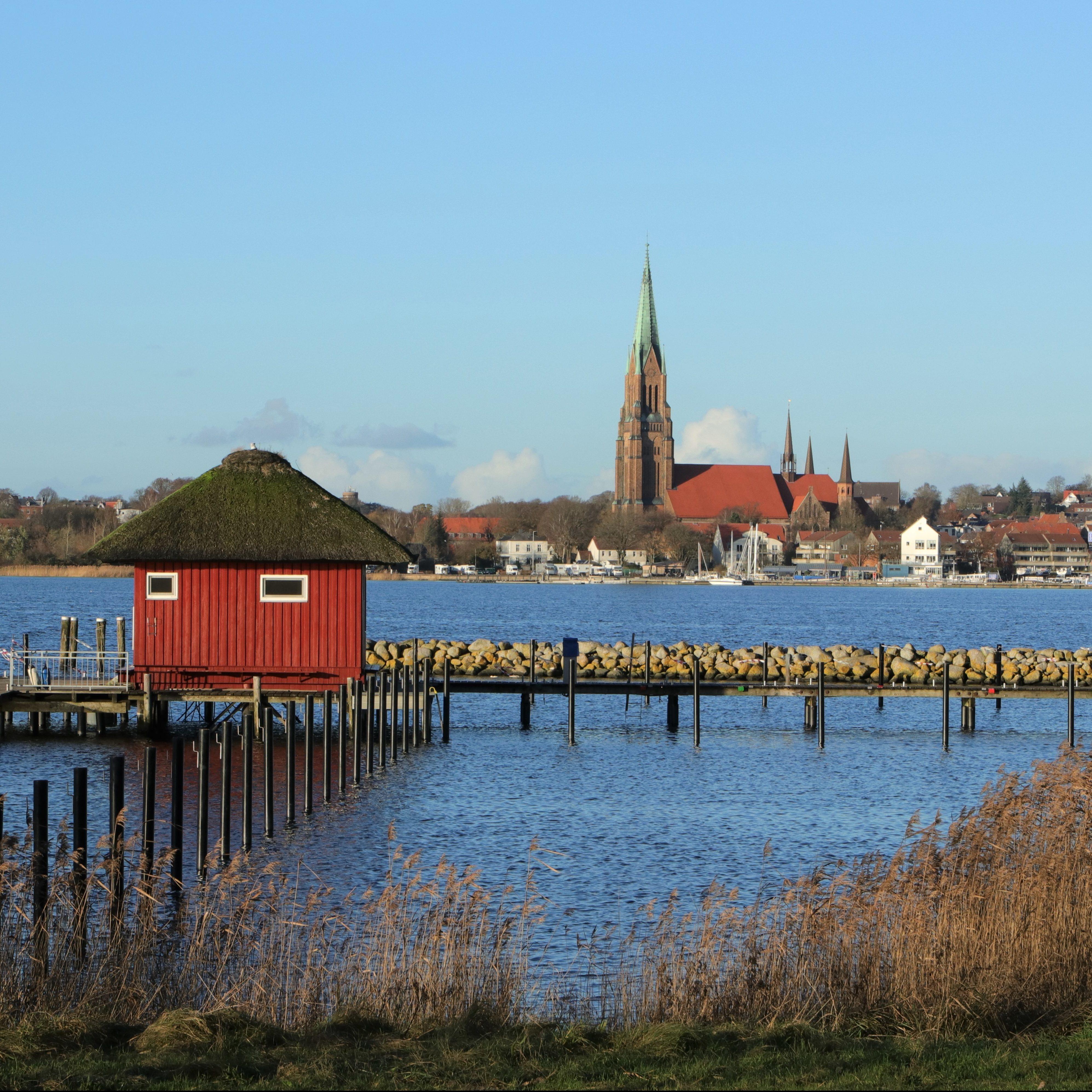 Blick über die malerische Schlei auf den Petri Dom in Schleswig, Schleswig-Holstein, Deutschland